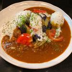 142267607 - デフォの欧風カレーにトマト、ナス、刻みトロロが美味しい!