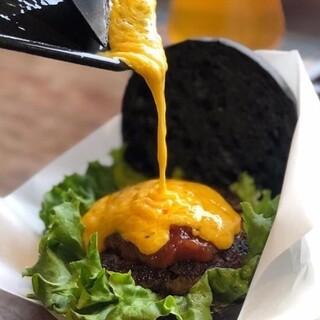 目の前でかける、とろ〜りチーズ!一番人気のチーズバーガー