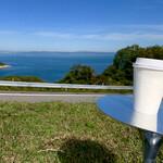 豊島美術館カフェ - カフェラテを持って芝生へ
