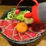 肉タレ屋 - わさび醤油を垂らす