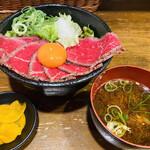 肉タレ屋 - ローストビーフ丼(小)でも このボリューム