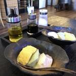 とうふ家酒瀬川 - 料理写真:◆共通・・汲み上げ豆腐3種(プレーン・カボチャ・ヨモギ)、お塩、おリープオイル、お醤油で。 お豆腐は滑らかな食感でどれも美味しいのですが、ヨモギがいい味わい。 オリーブオイルとお塩で頂きます。