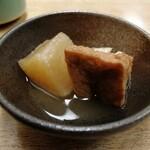 そば処豊月 - アテの大根煮と厚揚げ煮。ちゃんとおいしい。
