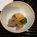 玉泉邸 - パカッ! お肉で来たか。同じ裏日本でも、港町エチゴ花街御座敷であれば、チューカ風の角煮か、和風なビーフシチューあたりが出てきて、気分を変えさせるのだが、ワギューすき焼き風? が #加賀風味 なのかな?