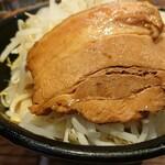 ラーメン燈郎 - 丼は小さい チャーシューはでかい
