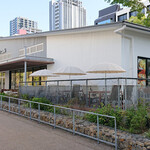 ELOISE's Cafe - 広々と解放的なお店作りでテラス席も完備