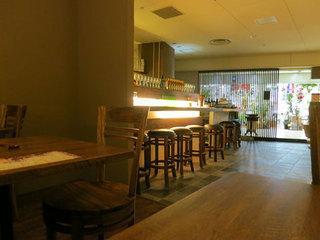 タイ料理 スワンナプームタイ 大阪 - ワインバーみたいな(?)落ち着いたインテリアの店内