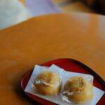 三養荘 - お部屋のお饅頭は柳月の。