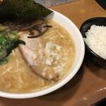 ラーメン横浜家 - 豚骨醤油ラーメン500円+ライス100円