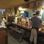 キクラ - 築数十年の古いビジネスビルの地下飲食店街にある居酒屋さんです。平日のランチタイムは会社員でにぎわっています。