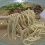 キクラ - 最初はあっさりとした塩豚骨のようなスープに感じられますが、コラーゲン感は強め。