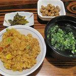 キクラ - 平日限定のラーメンセットは+50円の550円で、ご飯・小鉢・漬物がついてきます。ご飯は白ご飯の他にカレーピラフがありました。