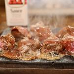 やっぱりステーキ - A1ソースを溶岩プレートで香ばしく