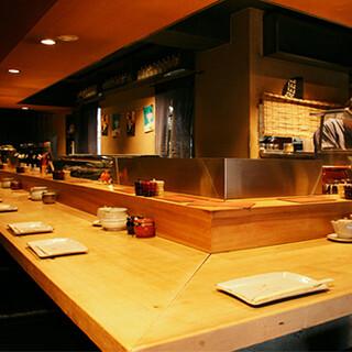 落ち着いた大人の空間で、ごゆっくりとお食事をお楽しみください