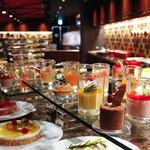 オールデイダイニング ラジョウ - 季節のフルーツをあしらったパティシエ自慢のホテルスイーツがビュッフェでは食べ放題に♪