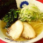べらしお - 料理写真:しおらーめん670円…沖縄・久米島の塩のうまみが活きた、黄金色のWスープ!