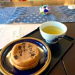 岡田長栄堂 - 料理写真:大判焼きとお茶のセット ¥200 (税込)