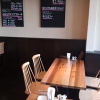 ニクータ - 明るい窓側のテーブル