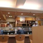 すし三崎丸 板橋区役所前店 - 店内。明るいです。