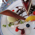 シュバルツバルト - シュバルツバルダーキルシュトルテ、ピスタチオのアイスクリーム添え