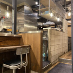 麺場 浜寅 - お店はスタイリッシュな雰囲気です。
