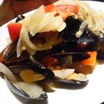 TAPAS&WINE ヤミツキ - ムール貝のワイン蒸し¥700