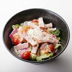 ろばた焼き 海賊 - トマトとパンチェッタのシーザーサラダ温玉のせ 780円