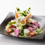 ろばた焼き 海賊 - 選べるドレッシングの生野菜サラダ 580円