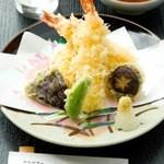 金峰 - 天ぷら盛り合わせ(サクッと仕上がった衣を味わえます)
