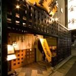 金峰 - お店入口(おじゃったもんせの黄色い太鼓暖簾がお出迎えです)