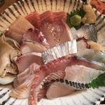 いりいち - 料理写真:海鮮丼(極み)3300円 下にご飯ありますw 一切れ一切れ、暫く見入ってしまった