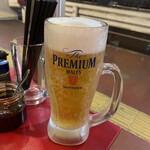 ラッキー餃子会館 - 男の生ビール790円税別。隣の箸立てジョッキと比べて見て下さい。