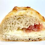 セシュエット - ゴロゴロ桃のジャムとクリームチーズ オリーブオイルを塗った生ハムの塩加減 絶妙な甘辛バランスがいい感じ 生地はもっちり