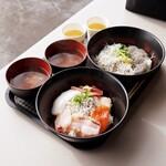 田子の浦港 漁協食堂 - しらすと刺身丼、しらすハーフ丼