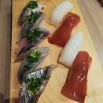 寿司処 都々井 - ヅケ鮪   イカ   サンマ  アジ  イワシ。煮きりは塗られてないので醤油を漬けて頂きます。醤油がスプレータイプボトルなので、寿司に直接 吹き付けられるのは便利ね。