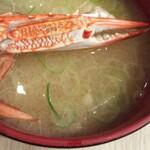 寿司処 都々井 - 味噌汁。カニ出汁でていて美味しい。てか 寿司屋の味噌汁鉄板説。