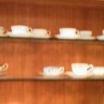ナカヤマカフェ - カウンターの中の食器棚