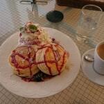 cafe maru2tasu - ベリーベリーパンケーキ・ホットコーヒー