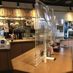そば田 - 店内中央の立ち食いカウンター