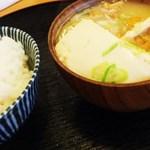 とんかつ桂 - 絹豆腐が1/4ほどそのまんまで!