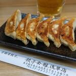 餃子会館 - 生ビール(キリン550円税込)、焼き餃子(330円税込)。