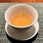 蒼 - 食事の間に提供される台湾茶 味わいすっきりで口直しに温かいお茶はいいですね♪