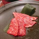 焼肉 芝浦 - たれが美味しい三種(カルビ、ナカオチ…) 先にメガネはやいてしまいました…