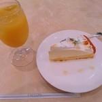 14268378 - レモンチーズケーキとオレンジジュース