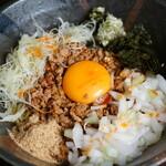BAR TRIANGLE - ピリ辛台湾まぜそば。自家製の台湾ミンチが麺に良く絡む!大人気の一品