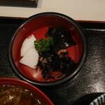 そば宏 - カツカレー丼大盛り丼ぶり定食(ひじきの煮物、大根の漬物、昆布の佃煮)