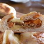 バゲット ラビット - チーズカレーパン(270円)の断面