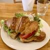 アトリエ菓舎 - 料理写真:クロワッサンのサンドイッチ(コンビーフ+キャベツ)ワンプレート。今はランチセット的なものは出されていないようです。大きくてサクサクのクロワッサンでした。