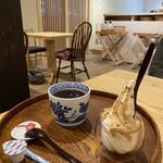 142709276 - 味噌キャラメルソフトとコーヒー