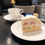 銀座コージーコーナー - 苺のフルーツケーキとコーヒーのセット(税込み960円)